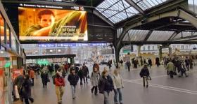 Exposición de los Anuncios Públicos de: Jovenes por los Derechos Humanos, en la estación Principal de Zurich en Suiza.